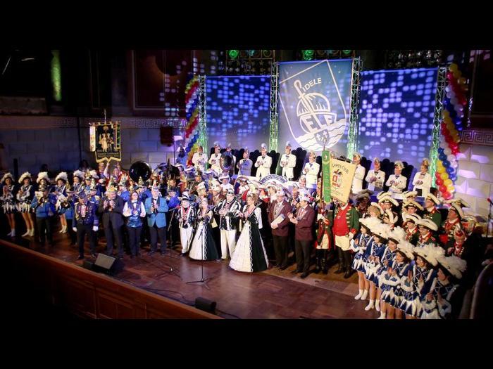 Buntes Finale der Fidelen Elf auf der Kurhaus-Bühne. Foto: RMB/Heiko Kubenka